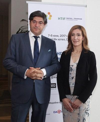 Председателят на Националния борд по туризъм Красимир Гергов с министър Николина Ангелкова след откриването на форума н София