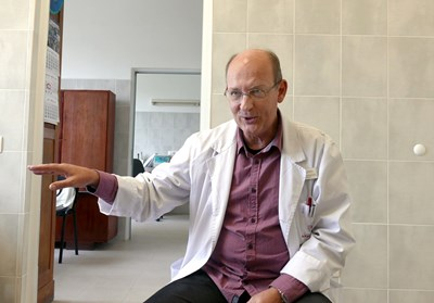 Доц. д-р Александър Апостолов, дм, е началник на Клиниката по съдебна медицина и деонтология в Александровска болница.  СНИМКА: ПИЕР ПЕТРОВ