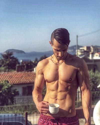 Младият актьор и лекар често публикува снимки в социалните мрежи, на които показва стегнатото си тяло.