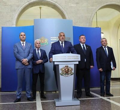 """Премиерът Борисов, заместникът му в ГЕРБ Цветан Цветанов и съпредседателите на """"Обединени патриоти"""" декларираха пълен консенсус. СНИМКА: Йордан Симeонов"""