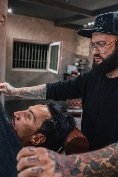 Коафьорът Асен Налбантов се грижи за тънкия мустак на певеца NASO.  СНИМКА: ЛИЧЕН АРХИВ