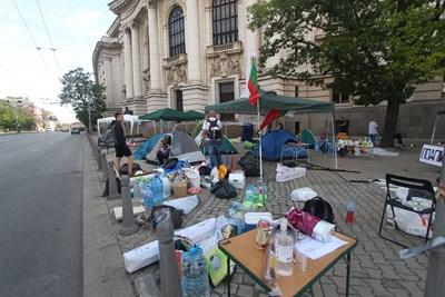 Палатките пред Ректората СНИМКА: Николай Литов