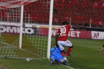 Илко Пиргов заковава топката пред Кайседо.