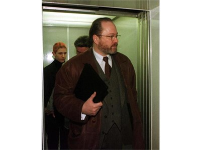 Милиардерът Ян Филип Реемтсма пристига в съда в Хамбург на 21 януари 1997 г. , за да даде показания за похитителите си. СНИМКА: РОЙТЕРС