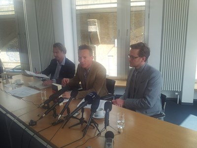 Журналистите Бастиан Обермайер (в средата) и Фредерик Обермайер (вдясно) обясняват как са работили по документите. СНИМКА: АВТОРЪТ