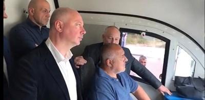 Премиерът отказа честта да кара влака.