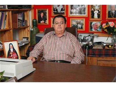 Иван Гаджев в библиотеката си в Гоце Делчев.  СНИМКИ: АРХИВ