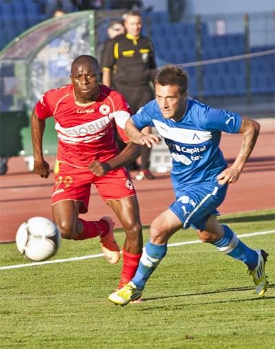 Левскарят Орлин Старокин (вдясно) се бори с Нджонго Присо (ЦСКА) в дербито на 20 октомври миналата година. Следващото ще е на Лазаровден, 27 април. СНИМКА: БУЛФОТО