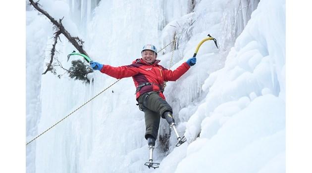 Онкоболен китаец на 69 г. с два ампутирани крака изкачи Еверест. Живее с тази мечта вече 43 г., когато измръзва жестоков т.нар. мъртва зона под върха без спален чувал