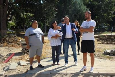 """Димитър Колев /в средата/ инспектира строителството на най-новия парк в """"Западен""""."""