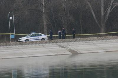 Районът на северната страна на Гребната база е отцепен от полицията СНИМКА: Евгени Цветков
