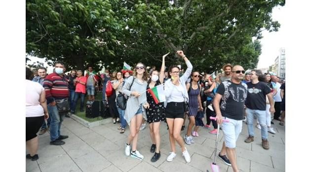 Протестиращите обикалят центъра на София (Снимки)