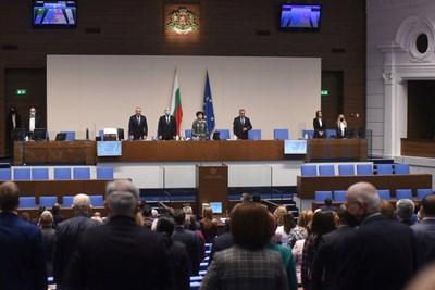 След коледната ваканция депутатите откриха новия политически сезон с химна на България и на ЕС. СНИМКА: Велислав Николов