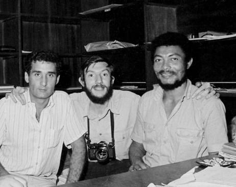 Джери Ролингс, наскоро взел с преврат властта в Гана, заедно с журналиста Борислав Дионисиев (вляво) и фотографа Иво Хаджимишев. (Снимката е от личния архив на Иво Хаджимишев.)