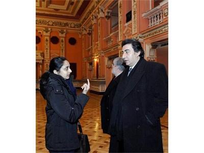 Аруна Ананд задава пореден въпрос на вицепрезидента на ФИДЕ Георгиос Макропулос по време на инспекцията във Военния клуб. СНИМКА: ДЕСИСЛАВА КУЛЕЛИЕВА