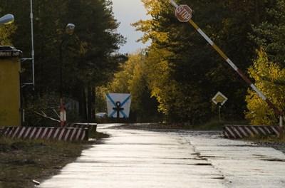 Бариерата на военния гарнизон, разположен край село Ньонокса в Архангелска област СНИМКА: РОЙТЕРС