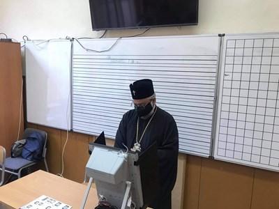 Старозагорският митрополит Киприан се справи с машинното гласуване за по-малко от минута време.   СНИМКА: Ваньо Стоилов