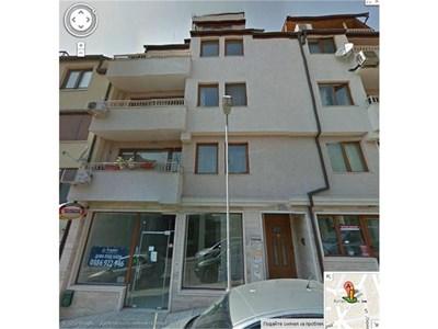 """В една от стаите на втория етаж в тази варненска кооперация на книга е офисът на """"Менавер глоубъл груп"""" на Едуард Питър-Миърс. Както и на още около 200 фирми на българи и чужденци, за които се грижи адвокат Десислава Везенкова. </B> СНИМКА: Google View"""