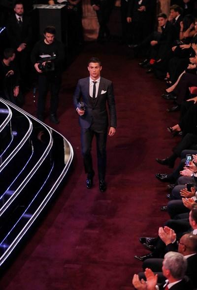 Кристиано Роналдо отива да прибере поредната си индивидуална награда - в случая The Best като №1 за 2017 г. в анкетата на ФИФА, в която не взеха участие треньорът и капитанът на националния отбор на България. СНИМКА: РОЙТЕРС