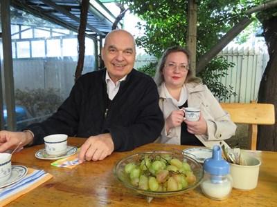 Проф. Дюкенджиев и съпругата му Таня в двора на дома им в Горна Оряховица