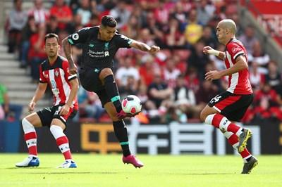 """Бразилският нападател Роберто Фирмино овладява атрактивно топката при победата на """"Ливърпул"""" с 2:1 като гост на """"Саутхемптън"""" в среща от II кръг на английската Висша лига. СНИМКА: РОЙТЕРС"""
