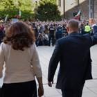 Президентът Румен Радев с вдигнат юмрук и вицепрезидентът Илияна Йотова излизат пред протестиращите срещу правителството.