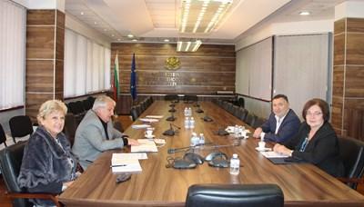 Среща днес с кметовете на общините Троян и Карлово – Донка Михайлова и Емил Кабаиванов. Снимки: МРРБ