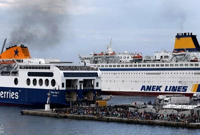 Гръцките фериботи са претъпкани.  СНИМКА: РОЙТЕРС