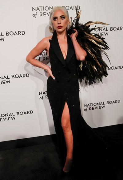 """Лейди Гага получи Златен глобус за 2019 година за песента """"Shallow"""" във филма """"Роди се звезда"""". СНИМКА: РОЙТЕРС"""