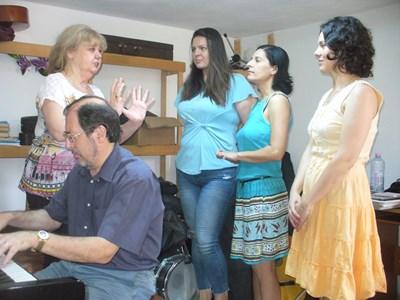 Татяна Шиварова репетира с трите си ученички Даниела Нинева, Христина Василева и Ирина Доброволска (от ляво на дясно). Зад пианото е съпругът на Татяна Марцио Фулин.  СНИМКА: АВТОРЪТ
