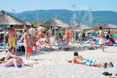 Българите традиционно пълнеха гръцките плажове за уикендите. Новите изисквания за минаване на границата обаче правят еднодневния плаж твърде скъп.