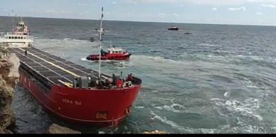 """Вижте как изтеглят заседналия край скалите на Яйлата кораб """"Вера Су"""" (Видео)"""