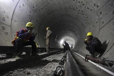 Китайски работници, строящи метро в Ухан - столицата на провинция Хубей, обядват на работното си място. Липсата на обедна почивка е повсеместно явление там. СНИМКА: РОЙТЕРС