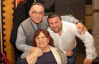 Петър Христов и брат му Димитър Манолов (двамата са от различни бащи - б.а.) с майка си Монка Манолова на рождения й ден през октомври 2017 г. Снимка: Фейсбук