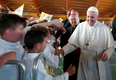 Папата посети град Камерино, централна Италия, който понесе тежки щети след поредица земетресения. Снимка РОЙТЕРС