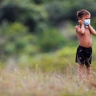 Момче с маска в Бразилия Снимка: Ройтерс