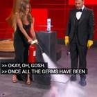"""Дженифър Анистън пали пликове за дезинфекция  на дистанционните тв награди """"Еми"""" (Видео)"""