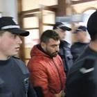 Водят Светослав Йорданов към съдебната зала по време на делото в Пазарджик. Снимка: Авторът