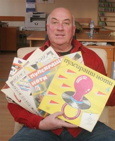 """Радиоводещият с плочи от колекцията """"Пулсиращи ноти"""", песните в които сам е подбирал."""