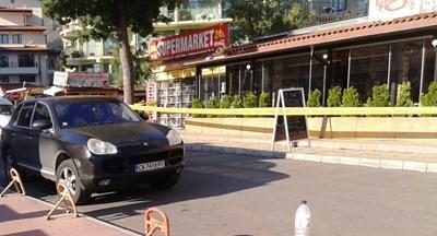Джипът на Божидар Кузманов все още е паркиран пред ресторант 4You, а местопроизшествието остава непокътнато и под полицейска охрана. СНИМКА: ЕЛЕНА ФОТЕВА