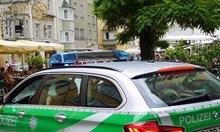 Мъж нападна с нож полицаи в Германия, те откриха стрелба по него, загина и майка му