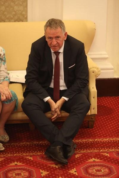 Здравният министър Стойчо Кацаров в кулоарите на парламента минути преди изслушването си. СНИМКА: НИКОЛАЙ ЛИТОВ
