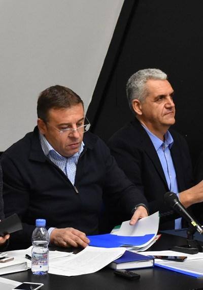 Кметът Атанас Камбитов (вляво) и заместникът Иво Николов разясниха параметрите на бюджета за т.г.