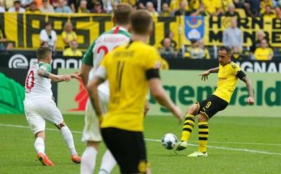 """Испанецът Пако Алкасер вкарва втория си гол във вратата на """"Аугсбург"""" при разгромната победа с 5:1 на """"Борусия"""" в Дортмунд. СНИМКА: РОЙТЕРС"""