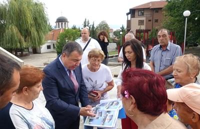 Кметът на Несебер показва плана на жителите на града