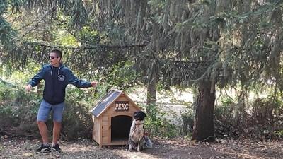 Кучето Рекс, взето от общинския приют, е част от охраната на защитената територия. Скоро към него ще се присъедини и обучен четириног търсач на трюфели. СНИМКА: Дима Максимова