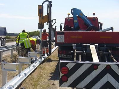 """Работниците подменят мантинелата на километър 160 от магистрала """"Тракия"""", където в неделя при катастрофа загинаха 5 души. Снимка Ваньо Стоилов"""