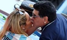 Хитрата Росио изтърпя изневерите и юмруците на Марадона, за да му надене брачните окови