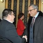 Огнян Стефанов (вляво) посреща Иван Костов на премиерата на една от книгите си.