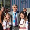 Лидерът на ДПС Мустафа Карадайъ с млади симпатизанки на движението